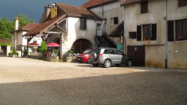 Grand parking privé donnant sur la rue Charles de Gaulle