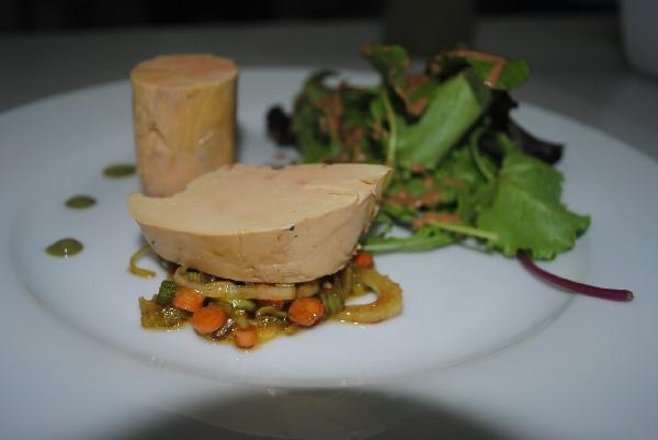 duo de foie gras l'un mi-cuit ,l'autre fumé, petit légumes nouveaux crus marinés au soja.