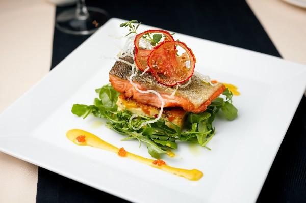 Dos de saumon, vierge d'olive et croustine de tomate sur lit de roquette.<br /> www.planetetraiteur.fr