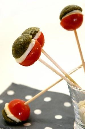 sucettes de tomates cerises, mozzarella au pesto