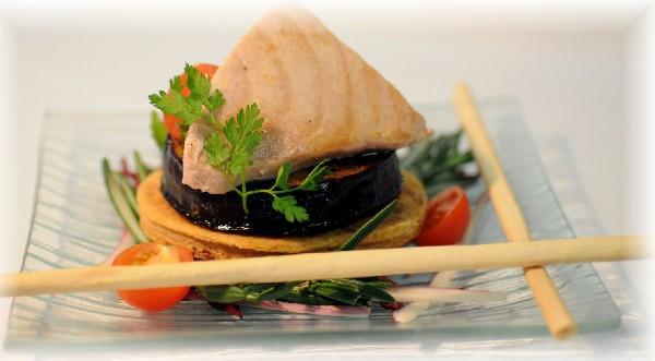 Tarte fine de thon aubergine et concassé de tomate au basilic.