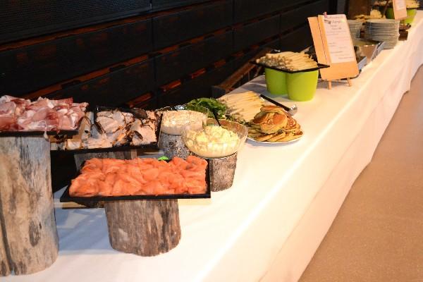 """Atelier blinis & Co<br /> Gros blinis """"maison"""" cuits devant les convives au buffet et accompagnés d'un assortiment de charcuteries, de saumon fumé et de jambon cuit par nos soins et servi chaud.<br /> Accompagnements<br /> - asperges tièdes (en saison)<br /> - poêlée de légumes nouveaux et croquants"""