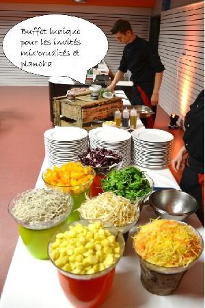 Atelier Mix'Crudités<br /> Assortiment de crudités originales (tomates multicolores, rattes, radis green, carottes jaunes....) assaisonnés à votre convenance avec une variétés d'huiles et de vinaigres, d'herbes et de condiments, de graines céréalières et de dés et de copeaux de fromages.<br /> Idéal pour accompagner l'atelier plancha.