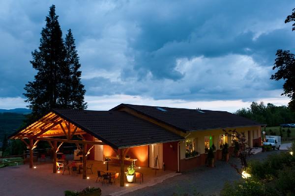 Belle salle en bordure de forêt, sur une résidence touristique de 7 grands chalets confortables (100 personnes).<br />