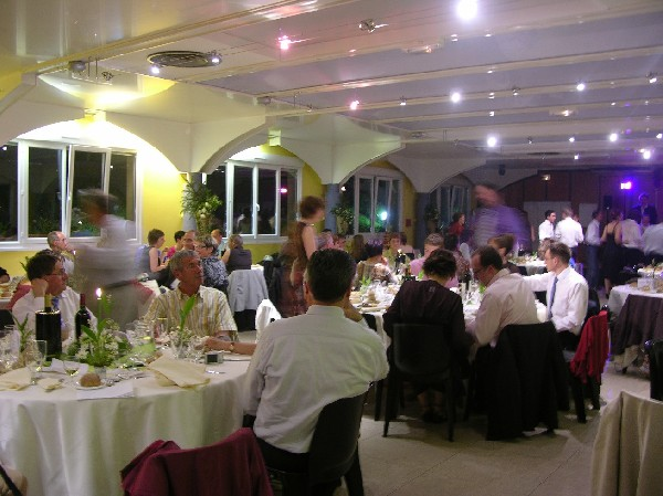 Les avantages :<br /> - une salle décorée<br /> - des prestations de service assurée par notre équipe (mise en place, choix des tables, nappage, vaisselle, remise en ordre)<br /> - une mise à disposition gratuite pour toute la nuit...