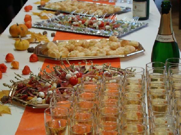 De l'apéritif au dessert, tous les plats sont confectionnés par l'équipe traiteur et pâtissier.