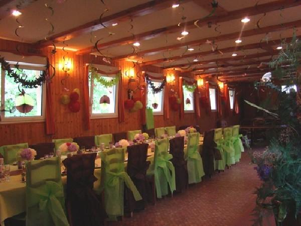 SALLE AUBERGE N°2 : une belle salle pour prestation jusque 40/50 couverts.<br /> Pour moins de 26 €/personne vous bénéficiez d'une salle, d'un lit pour vos invités et d'un repas livré.